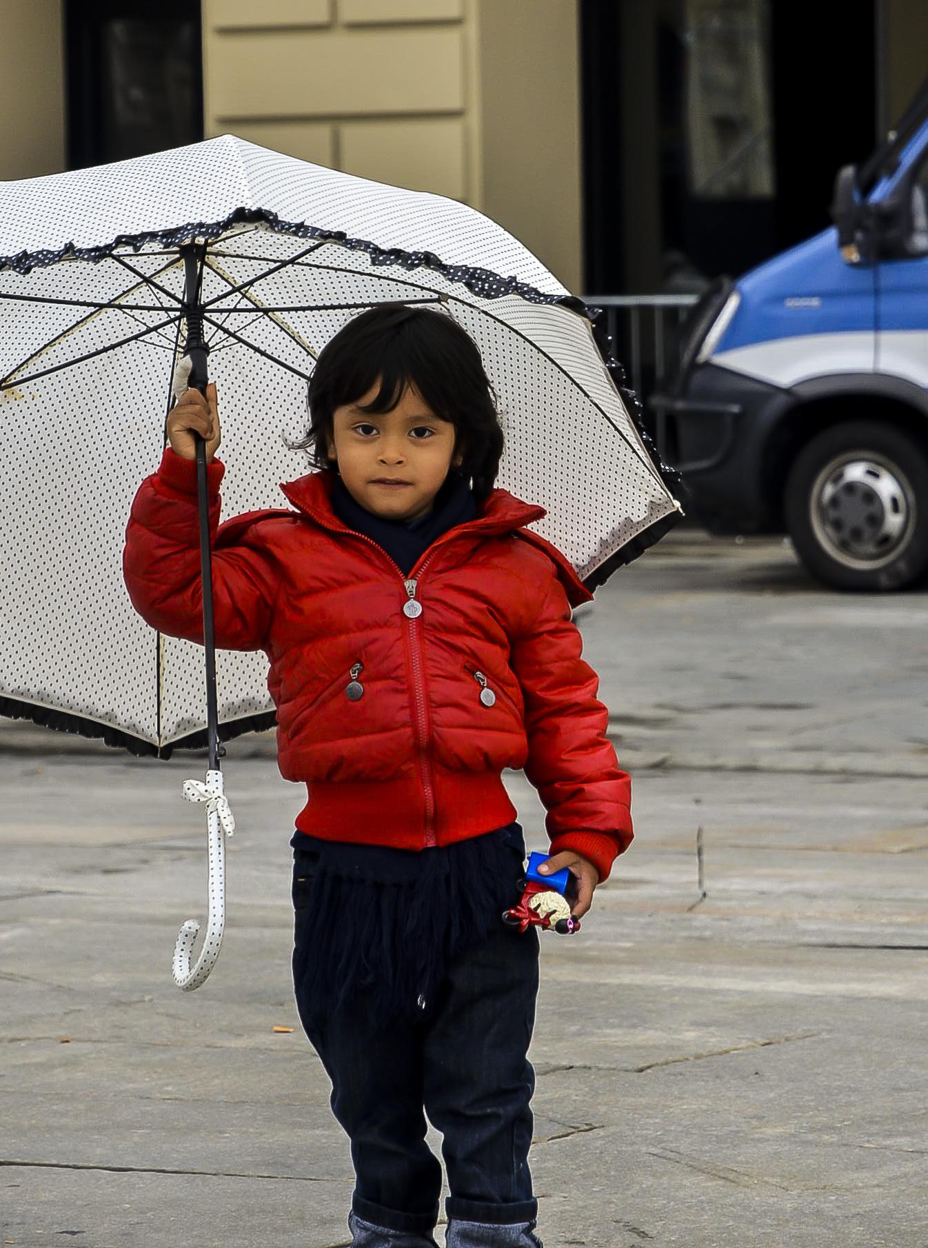 turin-petite-fille-sous-la-pluie
